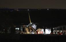 Máy bay gãy làm 3 khi hạ cánh, 3 người thiệt mạng