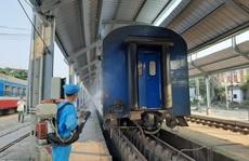 Hình ảnh phun thuốc khử trùng các đoàn tàu về ga Sài Gòn