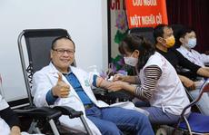 Hàng ngàn người dân và nhân viên y tế hiến máu ứng cứu 'kho máu' đang cạn kiệt