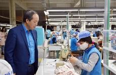 Động viên công nhân sản xuất khẩu trang mùa dịch