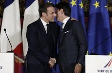 Pháp hạn chế hôn má để ngừa Covid-19 lây lan