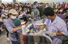 VIDEO: Cận cảnh quy trình khai báo y tế bắt buộc ở Sân bay Tân Sơn Nhất