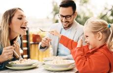 Covid-19: Vào quán ăn, có thể lây bệnh theo những con đường nào?