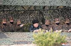 Thị sát tập trận, ông Kim Jong-un không lo Covid-19?