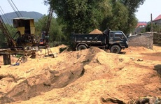 Dẹp 3 bãi tập kết cát 'lậu' gây nhức nhối trên dòng sông Gianh