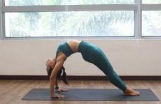 10 phút yoga giúp chị em siết vòng eo