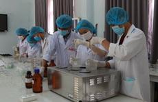 Sinh viên sản xuất hàng ngàn lít nước rửa tay phát miễn phí cho cộng đồng