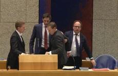 Kiệt sức vì chống dịch Covid-19, Bộ trưởng Y tế Hà Lan ngất xỉu trên bục phát biểu
