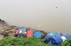 Không bán được, lén lút đem hơn 3 tấn chất thải nguy hại đổ trộm xuống sông Hồng