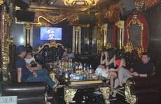 Bất chấp Covid-19, dân chơi đất cảng vẫn đến quán karaoke, gọi 'chân dài' phục vụ