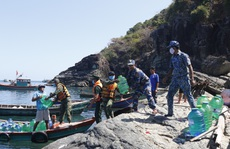 Cảnh sát biển mang nước ngọt đến đảo Hòn Chuối