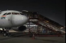Sợ hành khách trong khoang mắc Covid-19, phi công xuống bằng cửa sổ