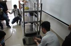 Ngắm robot phục vụ bệnh nhân cách ly bằng điều khiển từ xa