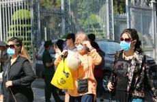 Người nước ngoài ở TP HCM đã mang kín khẩu trang khi đi chơi