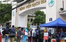 CLIP: Bệnh nhân xếp hàng dài trước cổng bệnh viện Bạch Mai để vào chạy thận