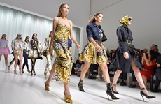 Các hãng thời trang thế giới đang làm gì trong mùa dịch?