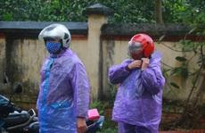 CLIP: Ngày đầu hết cách ly, người dân xã Sơn Lôi đội mưa xin 'giấy thông hành' để đi làm việc