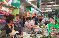 Siêu thị đầy ắp hàng hóa, người dân nhộn nhịp mua sắm cuối tuần