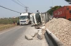 Xe tải lao dải phân cách, hàng tấn khoai mì đổ tràn Quốc lộ 22