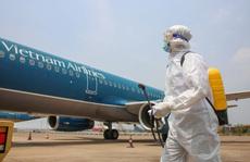 Cận cảnh khử trùng máy bay từ Đài Loan về Tân Sơn Nhất để phòng chống Covid-19