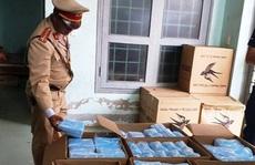 CSGT Quảng Bình bắt quả tang xe tải chở 75.000 khẩu trang y tế 'lậu'
