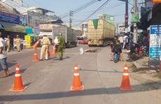 Người phụ nữ đi xe đạp chết thảm dưới bánh xe container