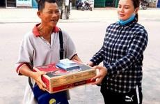 Người bán vé số Tam Kỳ, Hội An xúc động nhận hỗ trợ gạo, mỳ tôm