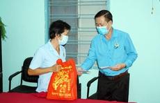 Tặng quà cho đoàn viên - lao động bị giảm thu nhập