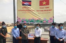 Tặng vật tư y tế cho Campuchia phòng, chống dịch Covid-19