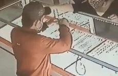 TP HCM: Bắt nóng kẻ cướp giật ở tiệm vàng Ánh Hằng