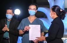 CLIP: Cận cảnh dỡ chốt phong tỏa, cách ly Bệnh viện Bạch Mai