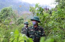 CLIP: Lính biên phòng băng rừng, lội suối chặn dịch Covid-19 nơi biên giới