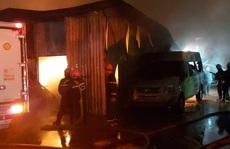 Cháy bãi ôtô trong đêm, hàng trăm chiến sĩ căng mình dập lửa
