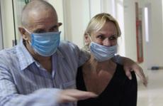 Bệnh nhân người Anh từng 'rất nguy kịch' được xuất viện về nước lúc 22 giờ