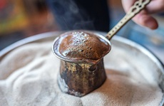 Cà phê đun nóng trên chảo cát có gì đặc biệt?