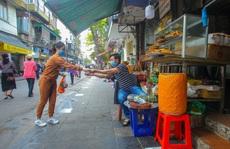 CLIP: Độc đáo khu chợ cách nhau 2 m, với người trao tiền và nhận hàng