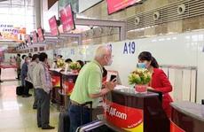 Ít khách, giá vé máy bay vẫn tăng cao
