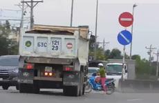 CLIP: Ô tô vô tư chạy ngược chiều ngay đường dẫn cao tốc TP HCM - Trung Lương
