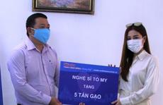 Ca sĩ Tố My và gia đình tặng 5 tấn gạo cho 'ATM thực phẩm miễn phí' của Báo Người Lao Động