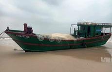 Chiếc tàu 'ma', nghi tàu cá Trung Quốc trôi dạt vào biển Quảng Bình