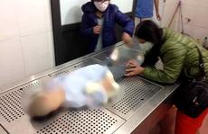 Khởi tố vụ án bé gái 4 tuổi tử vong nghi do bố mẹ bạo hành