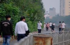 Người dân ra đường đông hơn, Chủ tịch Hà Nội lo ngại 'phá vỡ chỉ đạo'