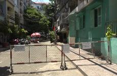 CLIP: Chung cư ở trung tâm TP HCM trong ngày thứ 2 phong tỏa vì Covid-19