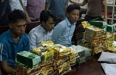 """3 người bị bắt sau khi vừa nhận 20 bánh heroin, 24 kg ma túy từ 1 """"người lạ"""" trong rừng"""