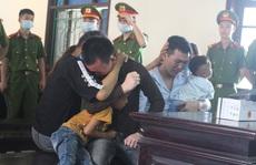 Hai bị cáo vận chuyển 30 bánh heroin ôm người thân bật khóc nức nở khi nhận án tử