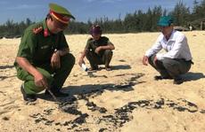 Hơn 1 km bờ biển Quảng Ngãi xuất hiện chất 'lạ'