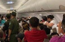 Hai hành khách bị áp tải rời máy bay từ Hà Nội đi TP HCM