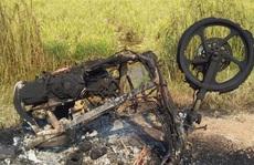 Nghi mẹ cặp bồ với 'phi công trẻ', con trai châm lửa đốt cháy xe 'nhân tình' của mẹ