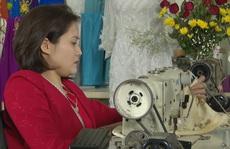 Hành trình đầy lạc quan của cô thợ may áo dài ngồi xe lăn