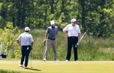 Ông Trump đáp trả chỉ trích chơi golf giữa khủng hoảng Covid-19